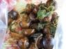 lekker gekruide slakken eten, gekocht van 2 vrouwen op een bootje aan tonle bati