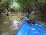 door de mangrove in Chong Khneas, de dochter van de 'schipper' vaarde ook mee