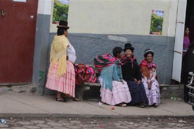 cholita's die wachten voor de bus