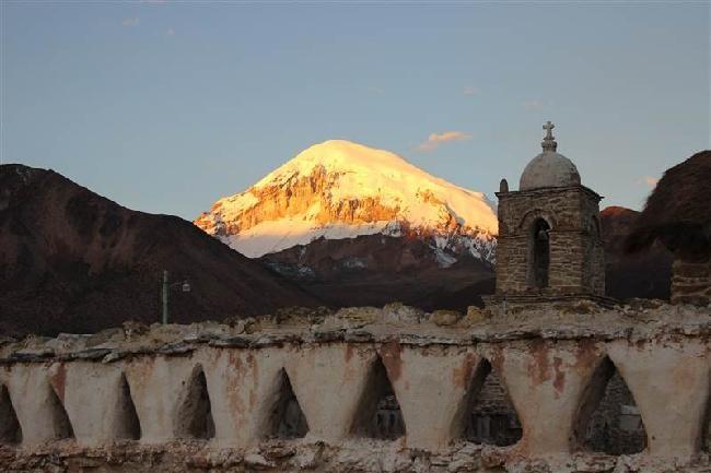 mooie oude kerk met zonsondergang in sorata