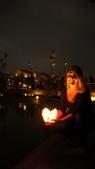kaarsje te water op tweede kerstdag tijdens de Full Moon Festival